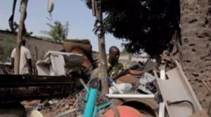 Afate Gnikou pris en photo par un ami à la recherche de déchets électroniques dans la décharge du quartier Avenou à Lomé